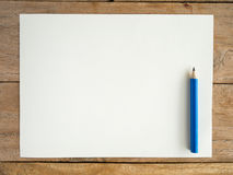 Papel en blanco con el lápiz en la tabla de madera Imágenes de archivo libres de regalías