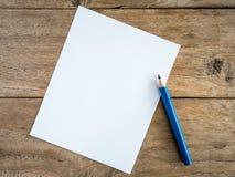 Papel en blanco con el lápiz en la tabla de madera Fotografía de archivo libre de regalías