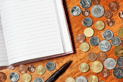 Papel en blanco con el lápiz y las monedas Fotos de archivo libres de regalías