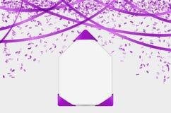 Papel en blanco con los elementos y el confeti púrpuras Imagen de archivo