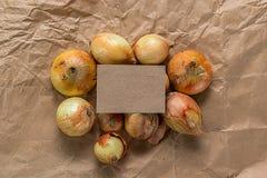 Papel en blanco con varias cebollas Foto de archivo