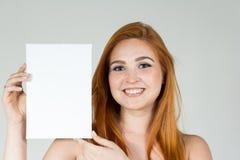 Papel en blanco de las sonrisas y de los controles de la muchacha para la publicidad El adolescente es Foto de archivo libre de regalías