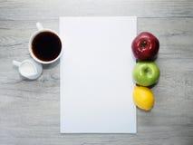 Papel en blanco, manzanas y café Imagenes de archivo