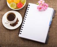 Papel en blanco para su propio texto, café, flores Imágenes de archivo libres de regalías