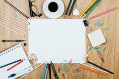 Papel en blanco y fuentes coloridas Imagenes de archivo