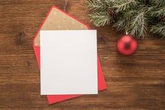 Papel en blanco y sobre rojo Fotos de archivo