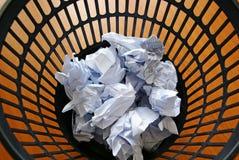 Papel en cubo de la basura Imágenes de archivo libres de regalías