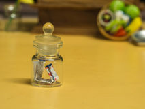 Papel en el juguete minúsculo de la botella Fotos de archivo