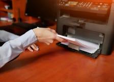 Papel en impresora fija la pila de papel en la impresora laser fotos de archivo