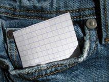 Papel en pantalones vaqueros del bolsillo Imagenes de archivo