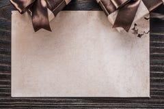Papel encaixotado dos presentes na opinião horizontal de placa de madeira do vintage imagens de stock royalty free