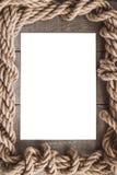 Papel envejecido con el marco de la cuerda en viejo fondo de madera Imagen de archivo