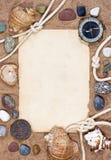 Papel, escudos do mar e corda velhos no fundo da areia Foto de Stock