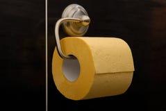 Papel higiénico amarelo. Fotos de Stock