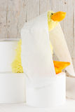 Papel higiénico con el pato divertido de la felpa Foto de archivo libre de regalías