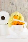 Papel higiénico con el pato divertido de la felpa Fotografía de archivo