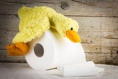 Papel higiénico con el pato divertido de la felpa Foto de archivo
