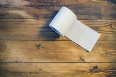 Papel higiénico en el fondo de madera Imagen de archivo libre de regalías