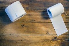 Papel higiénico en el fondo de madera Fotos de archivo libres de regalías