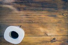 Papel higiénico en el fondo de madera Foto de archivo libre de regalías