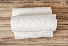 Papel higiénico en el fondo de madera, tema de la higiene Imágenes de archivo libres de regalías
