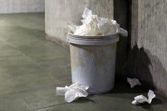 Papel higiénico inútil, compartimiento de basura, papel higiénico de la basura sucio por completo del compartimiento del bote de  fotos de archivo libres de regalías