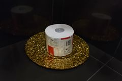 Papel higiênico em uma bandeja do ouro Imagem de Stock