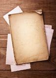 Papel, hoja y fotos viejos imagen de archivo
