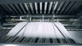 Papel impreso en una máquina tipográfica, cierre para arriba almacen de video