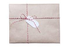 Papel isolado do ofício do envelope amarrado com corda vermelha imagem de stock royalty free