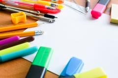 Papel, lápis coloridos, penas, marcadores e algum material da arte na tabela de madeira imagem de stock