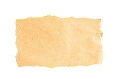 Papel marrón rasgado que echa la sombra natural en blanco Fotografía de archivo