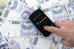 Papel moeda checo e contabilidade foto de stock