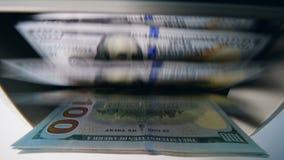 Papel moeda contado em uma máquina bancária automaticamente filme