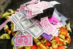 Papel moeda e ouro chineses da queimadura da tradição do taoism aos antepassados imagem de stock royalty free