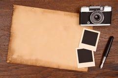 Papel, pena da tinta e quadro velhos da foto do vintage com câmera Fotografia de Stock Royalty Free