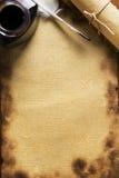 Papel, pena de quill e rolo velhos no papel de madeira fotos de stock royalty free