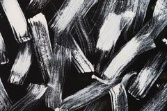 Papel pintado abstracto pintado por el cepillo blanco en te negro del fondo imágenes de archivo libres de regalías