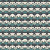 Papel pintado azul de la escala de pescados del color Ornamento tradicional asiático con las conchas de peregrino repetidas Model Fotografía de archivo