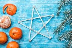 Papel pintado de la madera azul, abierto, mar mandarines, rama verde del abeto Mensaje del ` s de Navidad y del Año Nuevo Foto de archivo libre de regalías