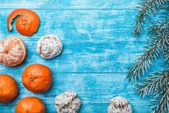 Papel pintado de la madera azul, abierto, mar mandarines, rama verde del abeto Mensaje del ` s de Navidad y del Año Nuevo Fotos de archivo libres de regalías