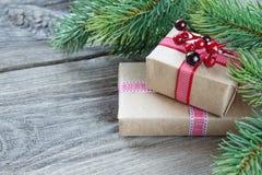 Papel pintado de la Navidad con las cajas de regalo Foto de archivo libre de regalías