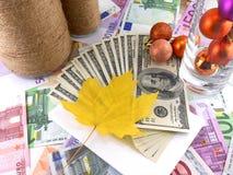 Papel pintado del dinero, hojas de arce y bolas de la Navidad, evento de la celebración del Año Nuevo Fotografía de archivo libre de regalías