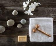 Papel pintado del shui del feng de la belleza con los guijarros, las flores, la toalla y el massager Fotografía de archivo