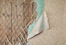 Papel pintado dentado en la pared destruida vieja Imagen de archivo libre de regalías