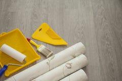 Papel pintado y accesorios para el papel pintado del pegamento Foto de archivo