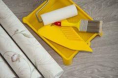 Papel pintado y accesorios para el papel pintado del pegamento Imagen de archivo