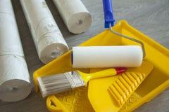 Papel pintado y accesorios para el papel pintado del pegamento Imagen de archivo libre de regalías