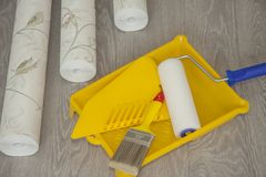 Papel pintado y accesorios para el papel pintado del pegamento Fotografía de archivo