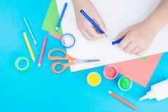 Papel, pintura e mãos da cor imagem de stock